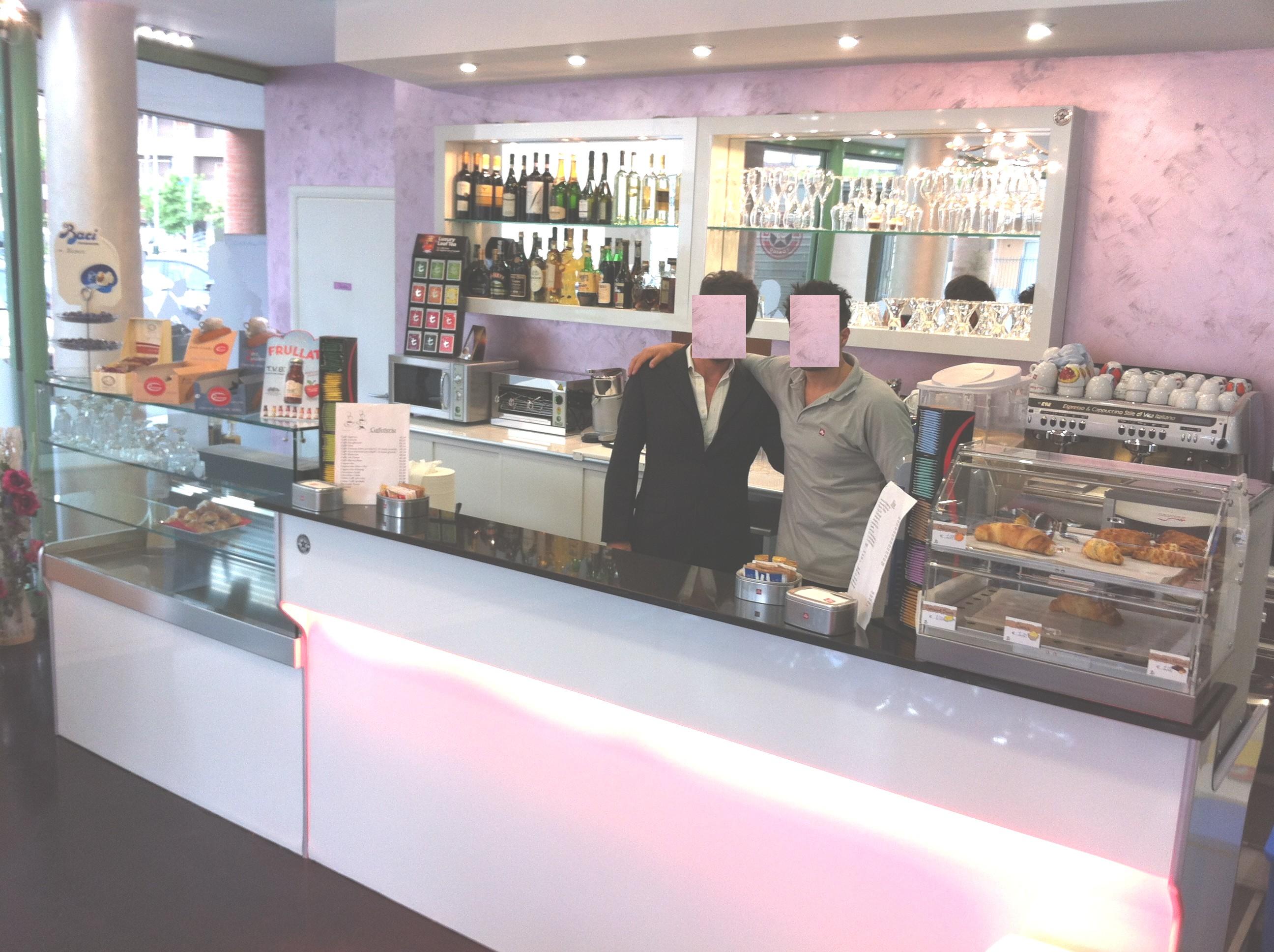 Banchi bar piu 39 grandi produttori di banconi bar banconi for Arredamenti bar prezzi
